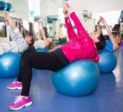 Exercice plus âgé avec les boules gymnastiques dans le gymnase moderne Images libres de droits