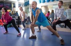 Exercice plus âgé dans le gymnase moderne Photos libres de droits