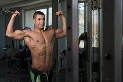 Exercice pour le biceps avec le câble Images libres de droits