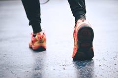 Exercice sain d'homme extérieur d'exercice, battage, fonctionnant, walki photos stock