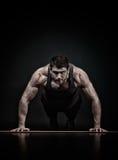 Exercice sportif de jeune homme Photo libre de droits