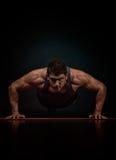 Exercice sportif de jeune homme Photos libres de droits