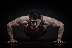 Exercice sportif de jeune homme image stock