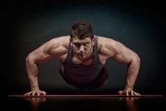 Exercice sportif de jeune homme photographie stock