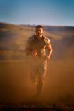 Exercice sportif de jeune homme extérieur Images stock