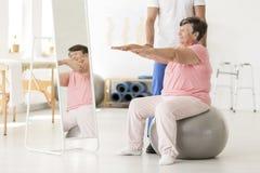 Exercice supérieur avec le physiothérapeute Photos libres de droits