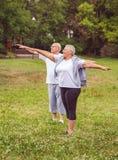 Exercice supérieur - couple âgé sain nous reposant après des exercices de sport ensemble séance d'entraînement meilleure image stock