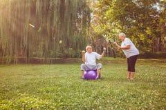 Exercice supérieur - couple supérieur de famille s'exerçant dehors style de vie sain de concept image stock