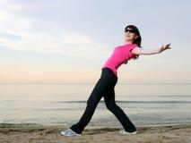 Exercice sur la plage au coucher du soleil Photo libre de droits