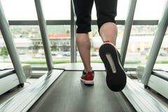 Exercice sur un plan rapproché de tapis roulant Photos libres de droits