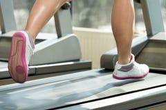 Exercice sur un tapis roulant Photo libre de droits