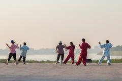 Exercice Tai Chi de personnes dans le matin Photo libre de droits
