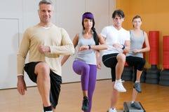Exercices aérobies à la gymnastique photographie stock libre de droits