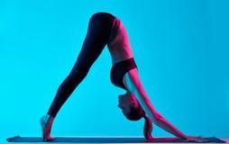 Exercices Adho Mukha Svanasana van de vrouwenyoga royalty-vrije stock afbeelding