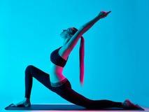 Exercices Anjaneyasana de yoga de femme photographie stock libre de droits