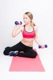 Exercices avec des haltères Photo stock