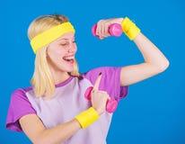 Exercices d'haltère de débutant Séance d'entraînement finale de corps supérieur pour des femmes Concept de forme physique fille s image libre de droits