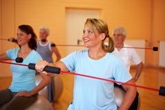 Exercices de Flexibar en gymnastique Photo libre de droits