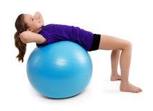 Exercices de forme physique avec la boule bleue Photographie stock