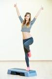 Exercices de forme physique d'aérobic avec l'étape Photo stock