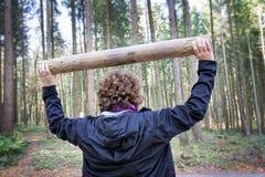 Exercices de forme physique de femme dans la forêt Photographie stock libre de droits