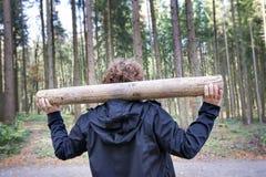 Exercices de forme physique de femme dans la forêt Photographie stock