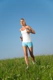 Exercices de forme physique de jeune femme Photos stock