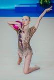 Exercices de gymnaste de fille de performance individuelle avec la boule Photo stock