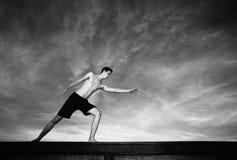 Exercices de jeune homme Images stock