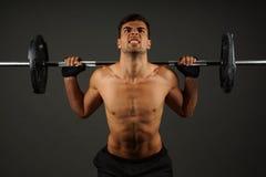 Exercices de jeune homme d'athlète images libres de droits