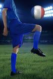 Exercices de joueur de football avec une boule Photos stock