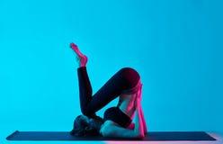 Exercices de la yoga de la mujer Imagen de archivo libre de regalías
