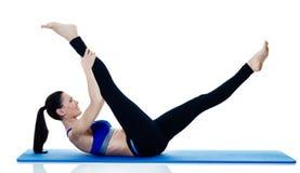 Exercices de los pilates de la aptitud de la mujer aislados Imagenes de archivo