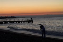 Exercices de matin sur la mer Photos stock