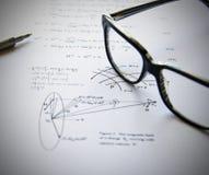 Exercices de physique écrits sur un livre blanc Photo stock