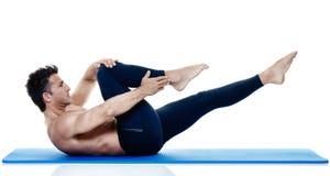 Exercices de pilates de forme physique d'homme d'isolement Images stock