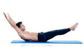 Exercices de pilates de forme physique d'homme d'isolement Images libres de droits