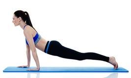 Exercices de pilates de forme physique de femme d'isolement Images libres de droits