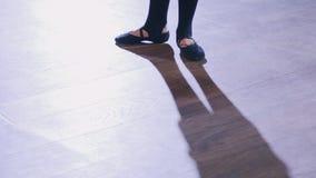 Exercices de point de pratiques en matière de pieds du ` s de danseur classique banque de vidéos