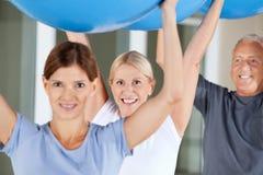Exercices de réadaptation avec des billes de gymnastique Photos libres de droits