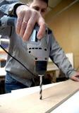 Exercices de travailleur avec un foret Images stock