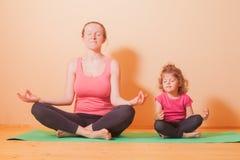 Exercices de yoga de bien-être Image libre de droits