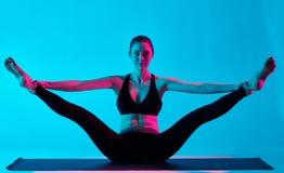 Exercices de yoga de femme photo stock