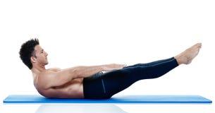 Exercices dei pilates di forma fisica dell'uomo isolati Fotografia Stock