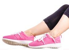 Exercices femelles de sports d'espadrilles de guêtres de sports de jambes Image stock