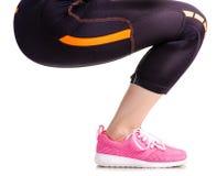 Exercices femelles de sports d'espadrilles de guêtres de sports de jambes Image libre de droits