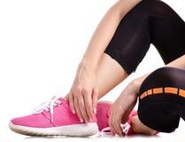 Exercices femelles de sports d'espadrilles de guêtres de sports de jambes Photographie stock libre de droits
