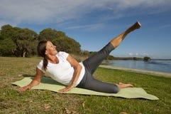 Exercices gymnastiques de femme Photographie stock libre de droits