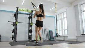 Exercices gymnastiques de jeune femme banque de vidéos