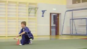 Exercices pratiques de jeune garçon changquan avec l'épée à la formation d'arts martiaux banque de vidéos